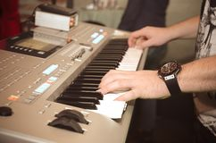 Handen van de musicus op de toetsenbordsynthesizer royalty-vrije stock afbeeldingen