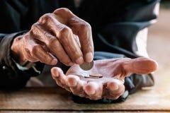 Handen van de oude man stock afbeeldingen