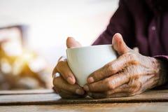 Handen van de oude mens stock foto's
