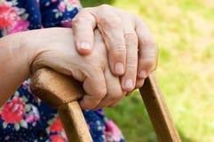 Handen van de oude vrouw royalty-vrije stock foto