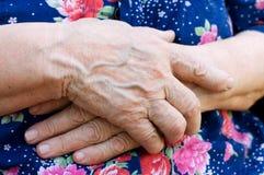 Handen van de oude vrouw royalty-vrije stock afbeeldingen