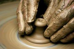 Handen van de pottenbakker Stock Foto