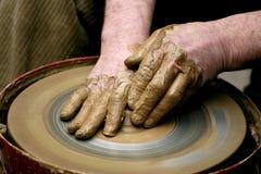 Handen van de pottenbakker Stock Afbeeldingen