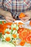 Handen van de vrouw s sneden plantaardig tonen stap Stock Afbeeldingen