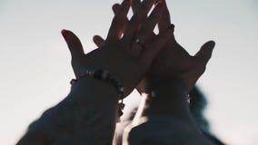 Handen van de zon HD stock footage