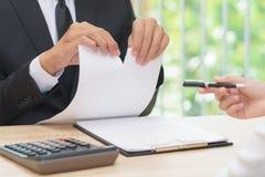 Handen van document van de zakenman het scheurende overeenkomst wanneer vrouw die a geven royalty-vrije stock afbeeldingen