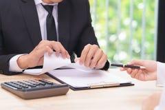 Handen van document van de zakenman het scheurende overeenkomst wanneer vrouw die a geven Stock Foto