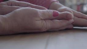 Handen van drie generaties - kleine meisje, moeder en grootmoeder stock videobeelden