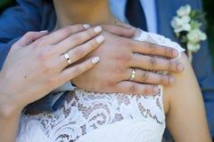 Handen van echtpaar met ringen binnen Stock Afbeelding