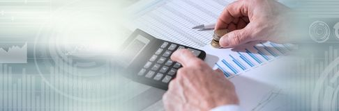Handen van een accountant die aan financiële documenten werken Panoramische banner royalty-vrije stock foto's