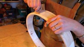 Handen van een artisanale het maken heilige trommel stock videobeelden