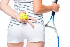 Handen van een atleet met een racket en een bal op het heupniveau Royalty-vrije Stock Afbeeldingen