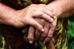Handen van een bejaarde Stock Fotografie