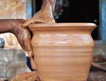 Handen van een de Indische kleipottenbakkers op het werk Stock Afbeelding