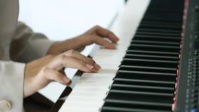 Handen van een jonge vrouw het spelen piano stock video
