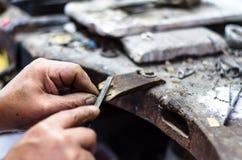 Handen van een juwelier die kostbare juwelen maken stock afbeeldingen
