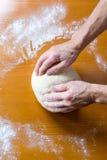 Handen van een mannelijke bakker die brood maken royalty-vrije stock foto's