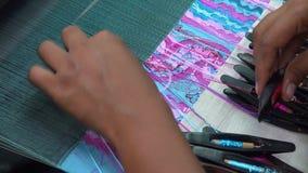 Handen van een meisje bij een weefgetouw stock videobeelden