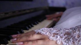 Handen van een meisje die de piano spelen Close-up de vrouwelijke vingers spelen een toetsenbord muzikaal instrument Muziekzaken stock video