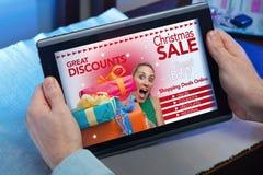 Handen van een mens bij een website met purchas van een aankondigingsconcept Royalty-vrije Stock Afbeeldingen