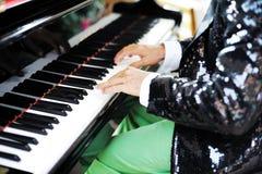Handen van een mens het spelen piano Stock Afbeeldingen