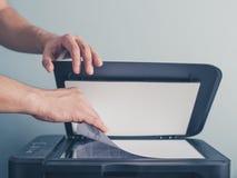 Handen van een mens die een stuk van document kopiëren royalty-vrije stock fotografie