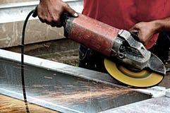 Handen van een mens die met een molen werken Royalty-vrije Stock Foto's