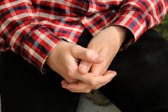 Handen van een mens die in een slot wordt gevouwen Stock Afbeelding