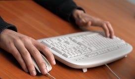 Handen van een mens op muis en toetsenbord royalty-vrije stock afbeelding