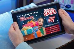 Handen van een mens in Webtablet bij een website met een aankondiging c Royalty-vrije Stock Fotografie