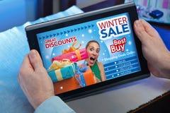 Handen van een mens in Webtablet bij een website met een aankondiging c Royalty-vrije Stock Foto