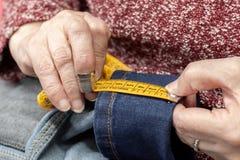 Handen van een naaister stock afbeeldingen