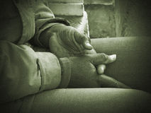 Handen van een oude arbeider royalty-vrije stock foto's