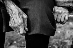 Handen van een oude vrouw Royalty-vrije Stock Foto's