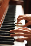 Handen van een pianist Stock Afbeeldingen