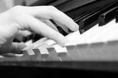 Handen van een pianospeler royalty-vrije stock afbeeldingen