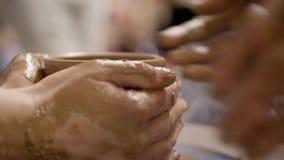 Handen van een pottenbakker stock videobeelden