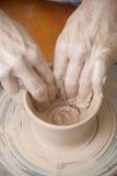 Handen van een pottenbakker Stock Afbeelding