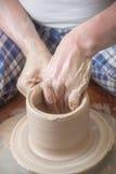 Handen van een pottenbakker Royalty-vrije Stock Afbeeldingen