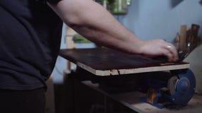 Handen van een timmermansdekking op hout van zwarte vlek, boskennis stock footage