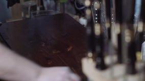 Handen van een timmermansdekking op hout van zwarte vlek, boskennis stock video