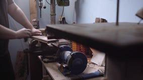 Handen van een timmermansdekking op hout van zwarte vlek, boskennis stock videobeelden