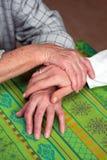 Handen van een verpleegster en een vroegere oudste Stock Foto