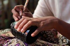 Handen van een vrouw in een fabriek Stock Afbeeldingen