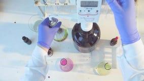 Handen van een wetenschapper die oplossing titreren stock videobeelden