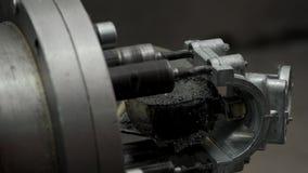 Handen van Fabrieksarbeider Bring een Detail aan het Boren stock videobeelden