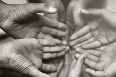 Handen van familie samen close-up op de herfstachtergrond royalty-vrije stock fotografie