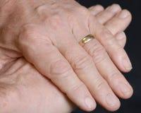 Handen van gehuwde oudste Royalty-vrije Stock Foto's