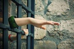 Handen van gevangene in cel Stock Foto