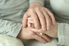 Handen van hartelijk bejaard paar royalty-vrije stock afbeelding